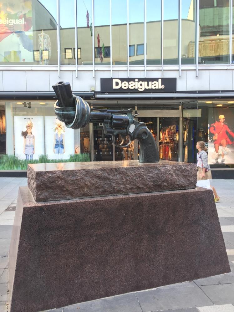 Non violence, Carl Fredrik Reuterswärd, Sergelgatan, Estocolmo, Suecia www.weareinfinite.blog